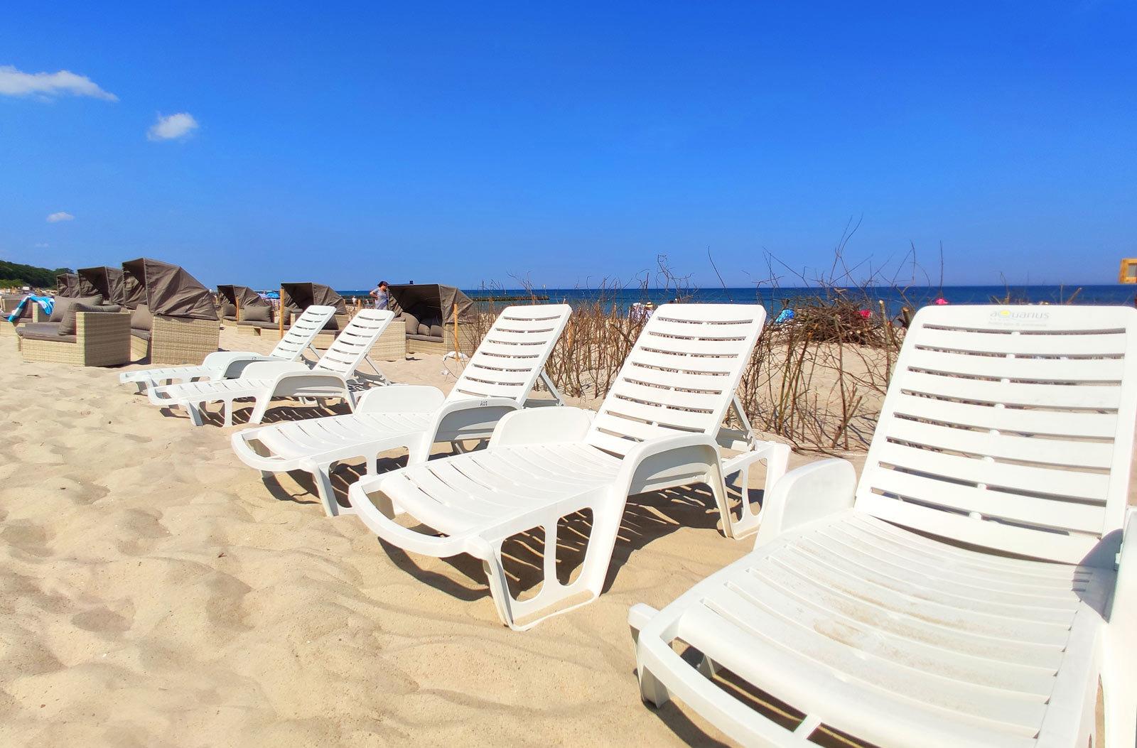 leżaki plażowe przy hotelu AQUARIUS SPA